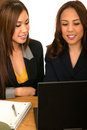 Personas del asunto de las mujeres que miran la computadora portátil Imagen de archivo