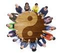 Personnes multi ethniques tenant des mains avec yin yang symbol Photo stock