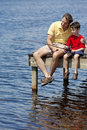 Pesca do pai com seu filho em um cais Fotografia de Stock