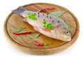Pescados en tarjeta de madera con la especia Imágenes de archivo libres de regalías