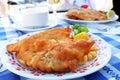 Pescados fritos con la patata en la placa Fotografía de archivo