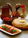 Pescados y caviar de color salmón con las crepes. Imágenes de archivo libres de regalías