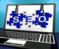 Pesquisa em linha de seo puzzle on laptop shows Imagens de Stock