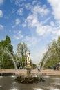 Peterhof, russia may :喷泉在petrodvorets公园 库存图片