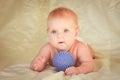 Petit enfant se trouvant sur son estomac près de la boule pour le massage Image stock