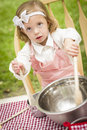 Petite fille adorable jouant le chef cooking Photos stock