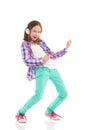 Petite fille jouant air guitar Image stock