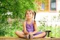 Petite fille méditant dehors relaxation Images libres de droits
