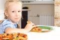 Petite fille mignonne appréciant une pizza faite maison Photographie stock