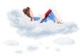 Petite fille mignonne lisant un livre et s étendant sur le nuage Photo libre de droits