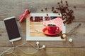 Photo de tasse de café sur la table en bois avec le téléphone et les grains de café futés vue de ci avant Photographie stock libre de droits