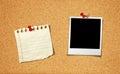 Photo et bloc-notes blanc sur le panneau de liège Image stock