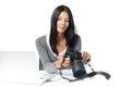 Photographe féminin vérifiant une image sur un appareil photo Images stock