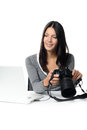 Photographe féminin vérifiant une image sur un appareil photo Photos libres de droits