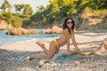 Piękna dziewczyna w żółtym bikini Zdjęcie Royalty Free