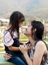 Piccola risata asiatica della mamma e della ragazza Immagine Stock