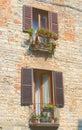 Piccoli balconi di un palazzo vecchio 免版税库存照片