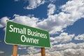 Piccolo imprenditore green road sign e nuvole Fotografia Stock Libera da Diritti