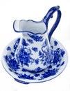 Pichet et bassin bleus et blancs de poterie Photographie stock