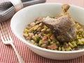 Piedino dell'anatra di Confit con i fagioli e la pancetta affumicata del fagiolino Fotografia Stock
