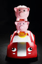 Piggybanks auf toy car Lizenzfreie Stockfotos