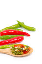 Piment vert et rouge de chili on wooden spoon with coupé Photo libre de droits