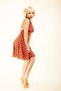 Pinup dziewczyna w blond peruce i retro sukni rocznik Obraz Stock