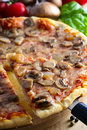 Pizza cortada Foto de Stock Royalty Free