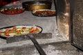 Pizza hecha en casa en horno tradicional Imagen de archivo