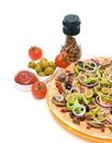 Pizza pomidory oliwki i pikantność pionowo fotografia Fotografia Royalty Free