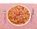 Pizza sur la table avec la pleine trame de fourchette et de couteau Photographie stock libre de droits