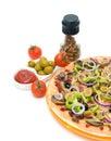 Pizza tomaten olijven en kruiden verticale foto Royalty-vrije Stock Fotografie