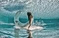 Pöl för solig dag för blått för bad för dykning för härlig kvinnaflickaklänning undervattens Fotografering för Bildbyråer