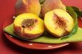 Placa de la fruta fresca deliciosa de los melocotones del verano Fotos de archivo