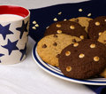 Placa del chocolate chip cookies milk mug Foto de archivo