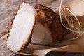 Plan rapproché cuit au four de filet de porc sur le papier horizontal Photographie stock