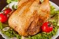 Plan rapproché de poulet rôti avec les légumes frais Photographie stock libre de droits