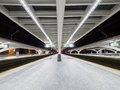 Plate-forme vide la nuit dans la station de train Photos libres de droits