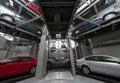 Platforms met auto s en de lift Stock Foto's
