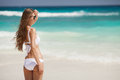 Playa de bronce de tan woman sunbathing at tropical Fotografía de archivo libre de regalías