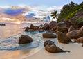 Playa tropical de seychelles en la puesta del sol Fotos de archivo libres de regalías