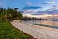 Playa tropical de seychelles en la puesta del sol Fotografía de archivo