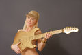 Playing guitar modelo rubio Fotografía de archivo