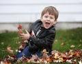 Niño niño en follaje