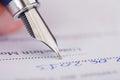 Pluma de writing with ink del hombre de negocios Imagen de archivo