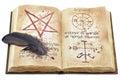 Pluma negra y libro viejo con las muestras místicas aisladas Fotos de archivo