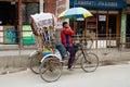 Podróżniczy bierze lokalnego rowerowego riksza w kathmandu nepal Obraz Stock
