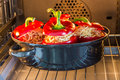 Poivrons bourrés avec de la sauce et le fromage à viande cuits au four Photographie stock