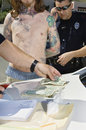 Polizeibeamte arresting drug dealer Lizenzfreie Stockbilder
