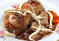 Pollo rebanado sin procesar con los mashrooms Foto de archivo libre de regalías